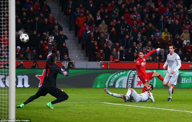 Cú sút gọn gàng của Hakan Calhanoglu giúp Bayer Leverkusen có được bàn thắng duy nhất của trận đấu.
