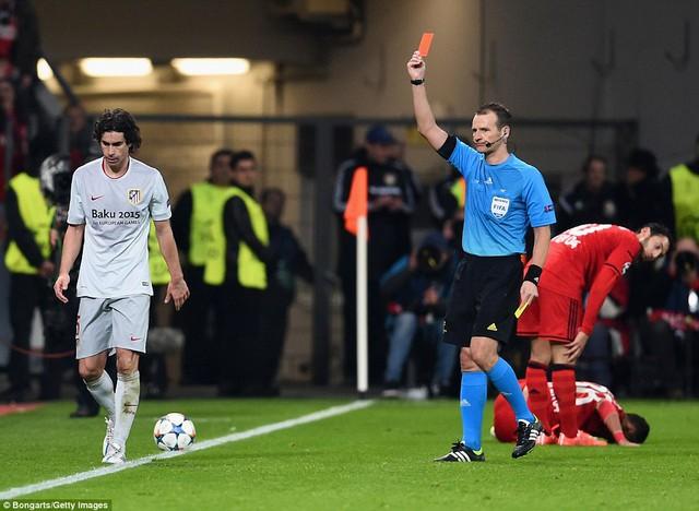 Atletico Madrid đầy thực dụng đã không còn mạo hiểm tấn công khi chỉ có 10 người trên sân.