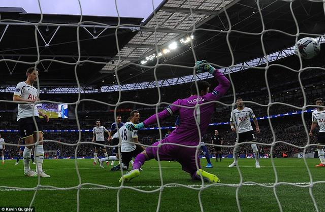 Phút 44, thủ quân Chelsea - John Terry tung ra cú dứt điểm, đưa bóng đập chân Dier đổi hướng, khiến thủ thành Hugo Lloris chỉ còn biết nhìn bóng bay vào lưới.