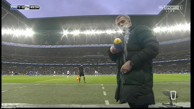 Có được bàn thắng dẫn trước, Chelsea bắt đầu triển khai lối đá phòng ngự phản công mang thương hiệu của Jose Mourinho. Về phần mình, nét mặt vị chiến lược gia người Bồ cũng giãn ra nhiều. Ông vui vẻ trêu đùa quay phim của Đài Truyền hình bằng cách bóp nước từ bình về phía máy quay.