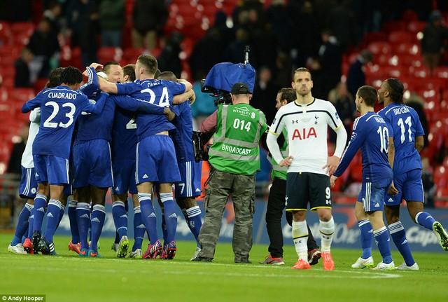 Roberto Soldado (áo trắng) có quá ít cơ hội để gây khó khăn cho hàng thủ Chelsea ở trận này.