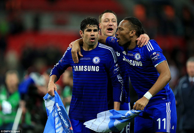 Diego Costa, Drogba và Terry vui sướng ăn mừng danh hiệu đầu mùa của Chelsea.