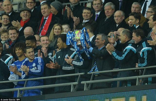 Giây phút được các CĐV Chelsea mong chờ nhất: Mourinho cùng các học trò nâng cao chiếc cúp vô địch.