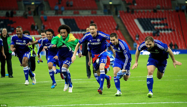 Các cầu thủ The Blues ăn mừng bằng màn trượt cỏ trên sân Wembley.