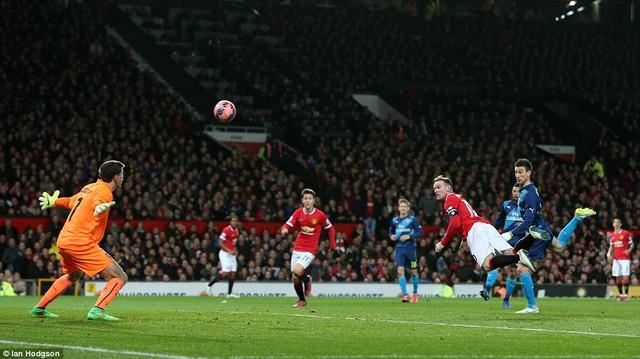 Rooney quân bình tỷ số 1-1 cho Man Utd sau cú đánh đầu đẹp mắt.