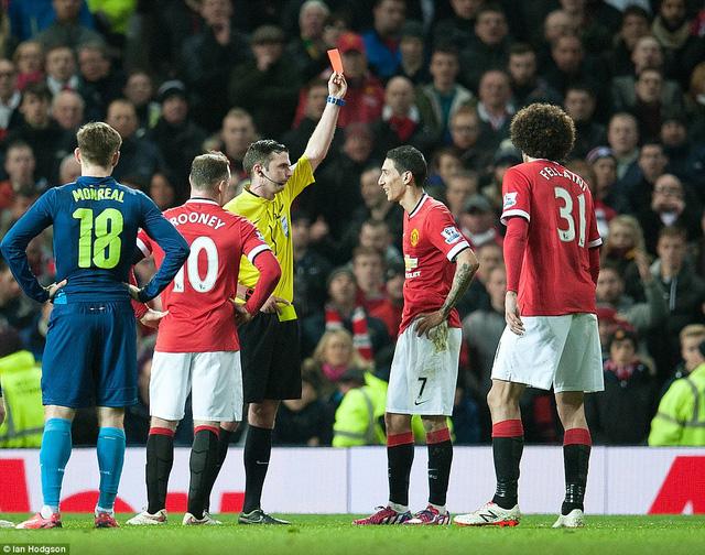 """Đang ở thế rượt đuổi, Man Utd còn phải chơi thiếu người vì chiếc thẻ đỏ """"lãng xẹt"""" của Di Maria."""