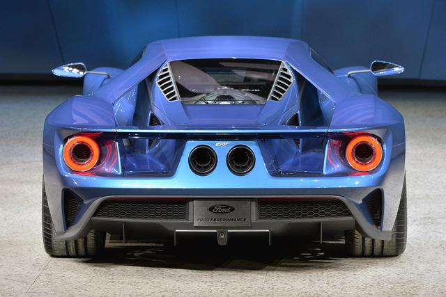 Mẫu xe vẫn mang thiết kế 2 đèn hậu tròn với cặp ống xả nằm giữa như GT40