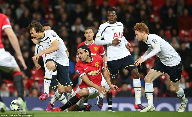 Falcao bế tắc trong vòng vây các cầu thủ trẻ Tottenham.