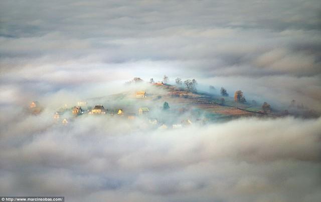 Ánh sáng của một ngày mới ở một ngôi làng nhỏ trên núi Beskid, Ba Lan.