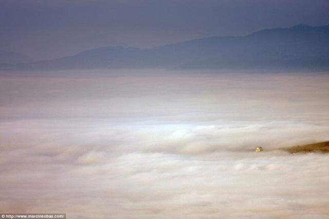 Ngôi nhà nhỏ nổi bật giữa một biển sương mù ở núi Beskid, Ba Lan