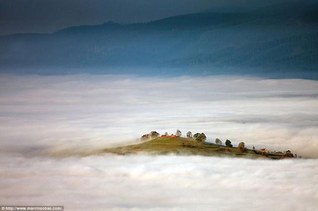 Đỉnh đồi nằm giữa một biển mây ở núi Beskid