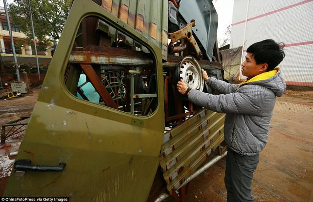 Hầu hết các bộ phận của robot được làm từ các phần của những chiếc xe hơi cũ