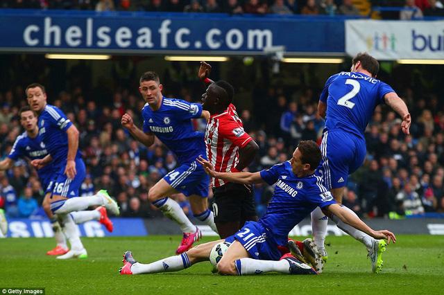 Pha xoạc bóng của Nemanja Matic khiến Chelsea mất đi 3 điểm ở vòng đấu 29
