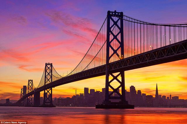 Khung cảnh hoàng hôn ngoại mục trên cầu Cổng vàng ở San Francisco.