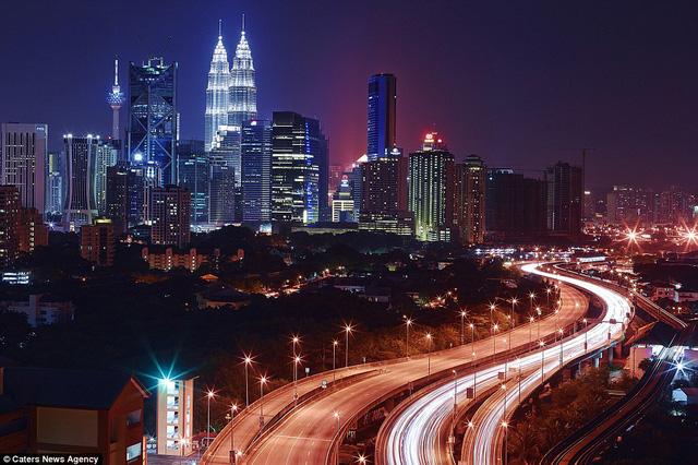 Thành phố Kuala Lumpur rực rỡ trong bức ảnh của Paul Reiffer