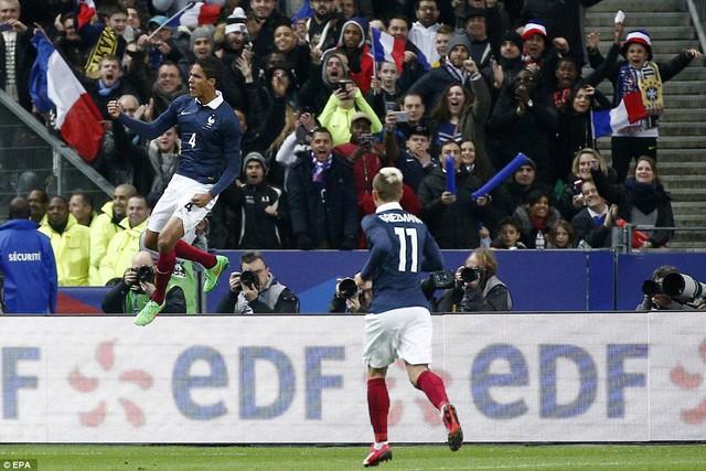 Trung vệ Raphael Varane mở tỷ số cho đội tuyển Pháp ở ngay phút thứ 22