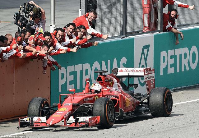 Các thành viên đội đua Ferrari ăn mừng chiến thắng cùng Sebastian Vettel