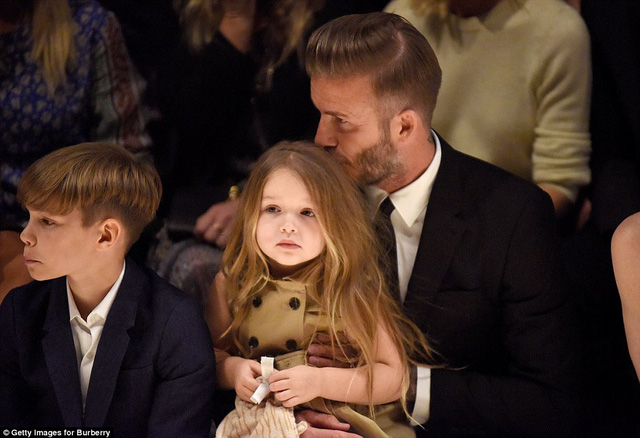 Cô bé ngồi gọn trong vòng tay yêu thương của David Beckham