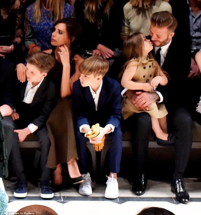Một hình ảnh ngọt ngào khi Harper và bố trao nhau nụ hôn được ống kính phóng viên ghi lại