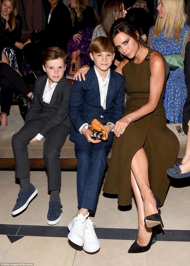 Victoria Beckham bên cạnh các cậu quý tử
