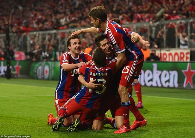 Bayern xuất sắc ngược dòng vào bán kết giúp HLV Guardiola nở mày nở mặt.