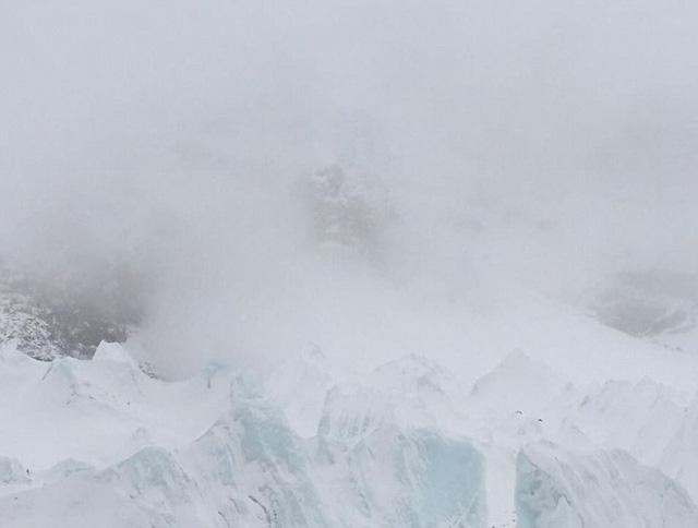 Hình ảnh bức tường băng giá mà anh Azim Afif nhìn thấy khi trận lở tuyết ập tới (Ảnh: Daily Mail)