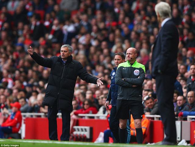 Trái ngược với vẻ sốt sắng của Mourinho là sự bình thản nơi HLV Arsene Wenger.