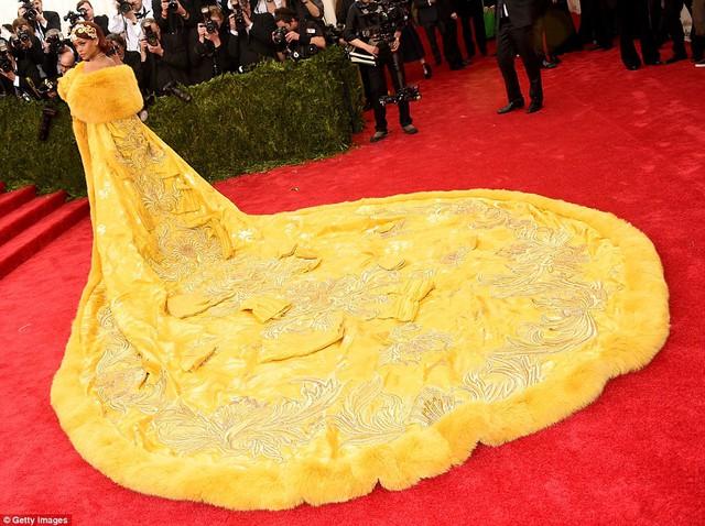 Rihanna nhanh chóng biến mình trở thành tâm điểm khi xuất hiện trên thảm đỏ Met Gala 2015 trong bộ váy có kích cỡ khủng lấy ý tưởng từ những bộ cánh của các hoàng hậu Trung Quốc thời xa xưa