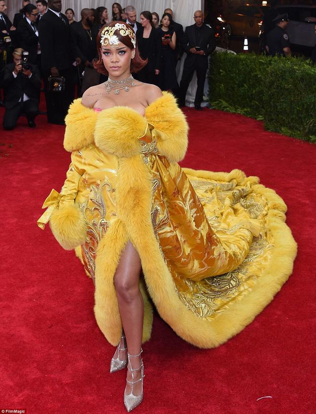 Được biết, bộ cánh gây nhiều tranh cãi này của Rihanna do một nhà thiết kế người Trung Quốc có tên Guo Pei tạo nên