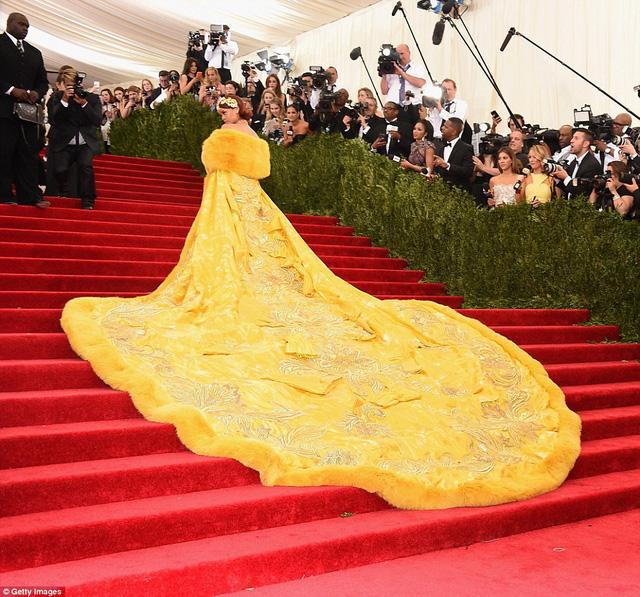 Một mình Rihanna chiếm hết một không gian lớn trên thảm đỏ Met Gala 2015