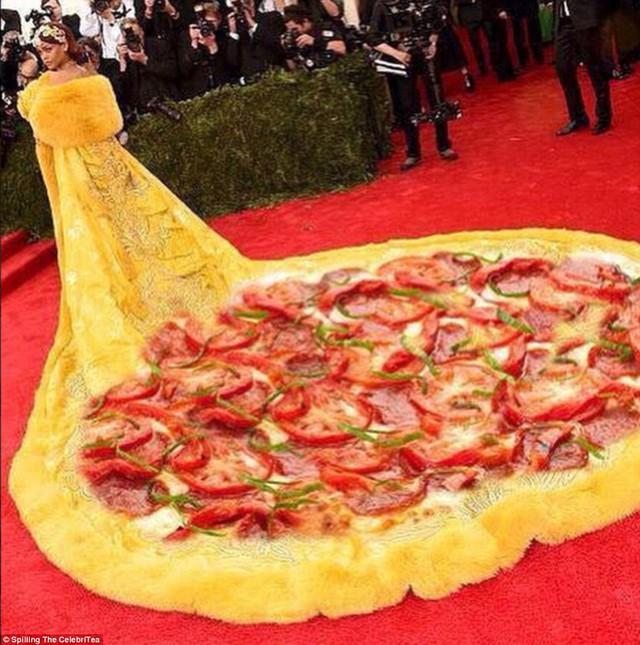 Thế nhưng, bộ cánh này nhanh chóng trở thành đề tài chế giễu của các cư dân mạng. Một người dí dỏm ví chiếc váy với một chiếc bánh pizza cỡ XXXXXL.