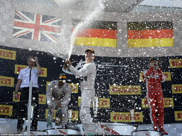 Nico Rosberg ăn mừng chiến thắng