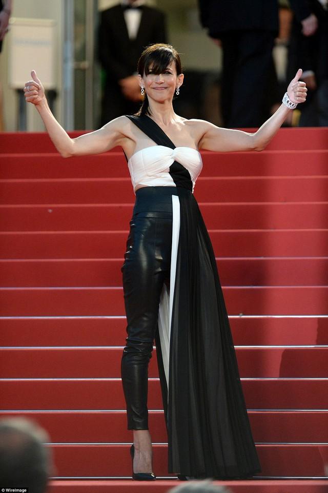 Là quần? Là váy? Hay là cả hai? Nữ diễn viên người Pháp Sophie Marceau khiến nhiều người nhíu mày khi mang một bộ cánh khá khó hiểu lên thảm đỏ LHP Cannes 2015.