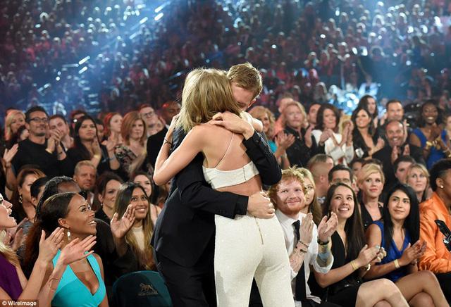 Taylor Swift chia sẻ niềm vui với bạn trai khi được xướng tên lên nhận giải.