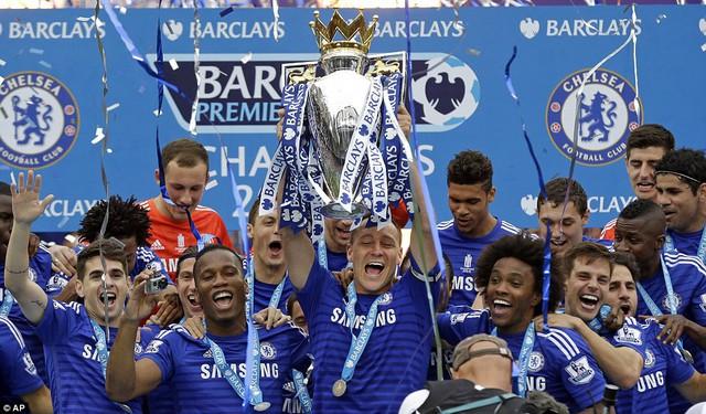 Đội trưởng John Terry là người có vinh dự được nâng cao chiếc cúp vô địch.