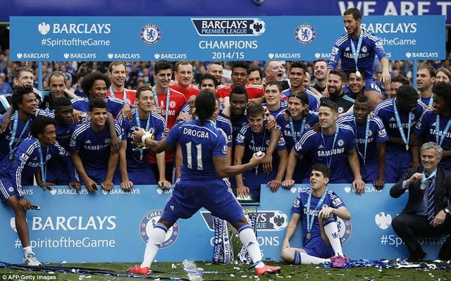 Drogba tận hưởng những khoảnh khắc đẹp đẽ cuối cùng tại Stamford Bridge. Trước lễ đăng quang, Voi rừng đã tuyên bố chia tay Chelsea.