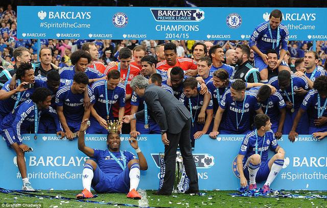 Drogba được HLV Jose Mourinho và các đồng đội trao vương miện của nhà vua.