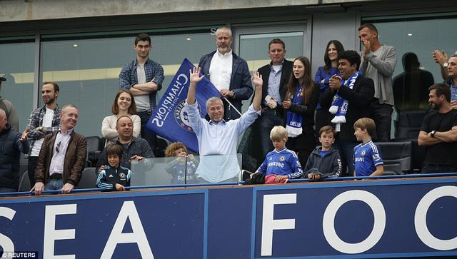 Trên khu vực VIP, ông chủ Roman Abramovich tỏ ra vô cùng hài lòng khi chứng kiến đội bóng con cưng đăng quang.