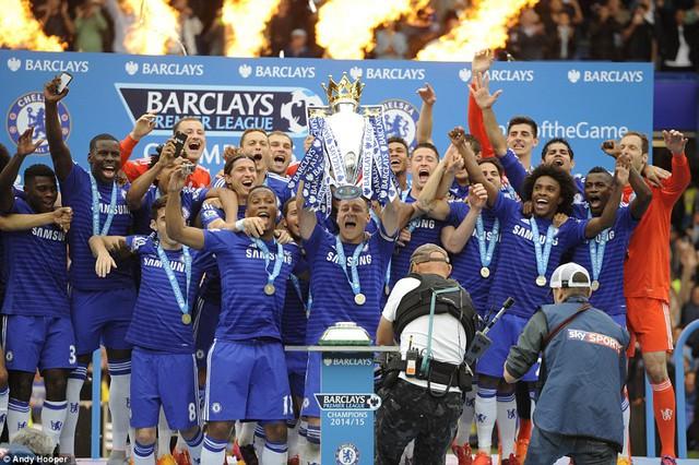 Các cầu thủ Chelsea hân hoan khi được chính thức chạm tay vào chiếc cúp bạc danh giá của Premier League.