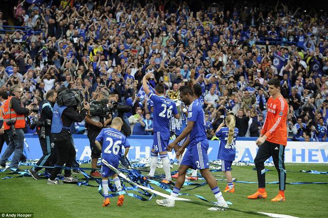 Chelsea vẫy chào người hâm mộ và nhận được sự hưởng ứng rất nhiệt tình trên khắp các khán đài.