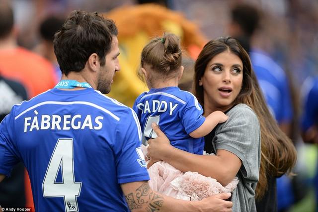 Fabregas dẫn cả bạn gái và con gái tới lễ ăn mừng.