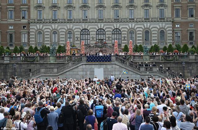 Nhiều người dân đã có mặt tại nơi tổ chức đám cưới để chúc mừng hoàng tử