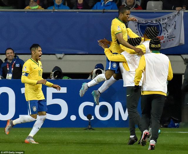 Douglas Costa ấn định chiến thắng cho Brazil ở phút 91