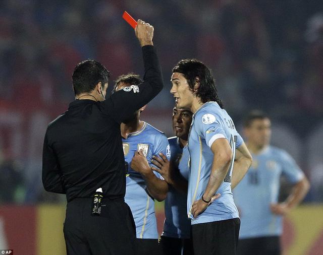 Bược ngoặt của trận đấu diễn khi Cavani nhận thẻ đỏ ở phút 63