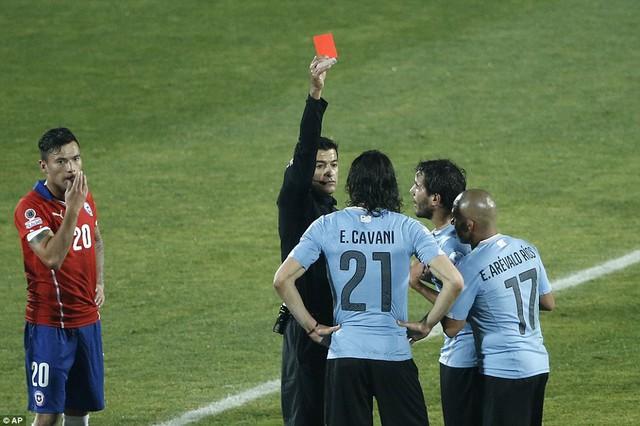 Edison Cavani không kiềm chế được trước sự khiêu khích của Jara (Chile)