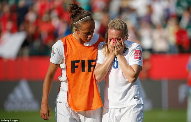 Dù được các đồng đội thay nhau an ủi nhưng cô vẫn không thể ngừng khóc
