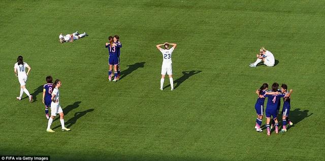 Các nữ Tam sư đổ gục xuống sân khi tiếng còi mãn cuộc cất lên trong niềm hân hoan của các tuyển thủ Nhật Bản