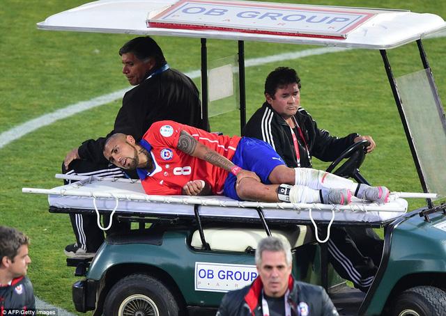 Arturo Vidal dính chấn thương ở phút 74 song vẫn cắn răng thi đấu đến hết trận