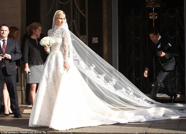 Trong ngày trọng đại của cuộc đời mình, Nicky Hilton đã lựa chọn mẫu váy cưới tuyệt đẹp của thương hiệu Valentino với trị giá lên tới 50.000 Bảng (khoảng 1,7 tỷ đồng).
