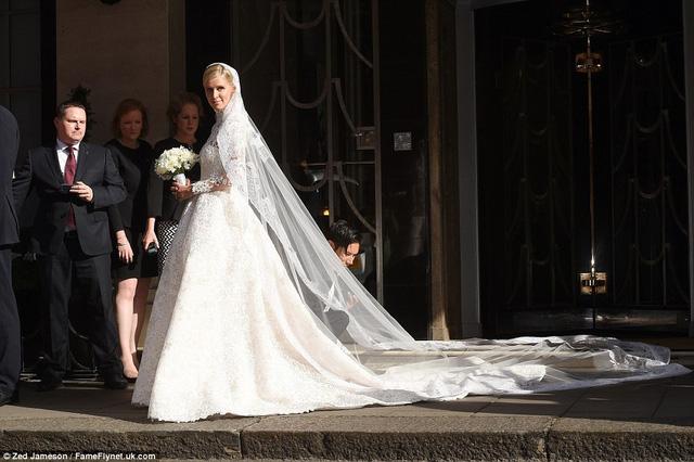 Cận cảnh bộ váy cưới tuyệt đẹp của Nicky Hilton.